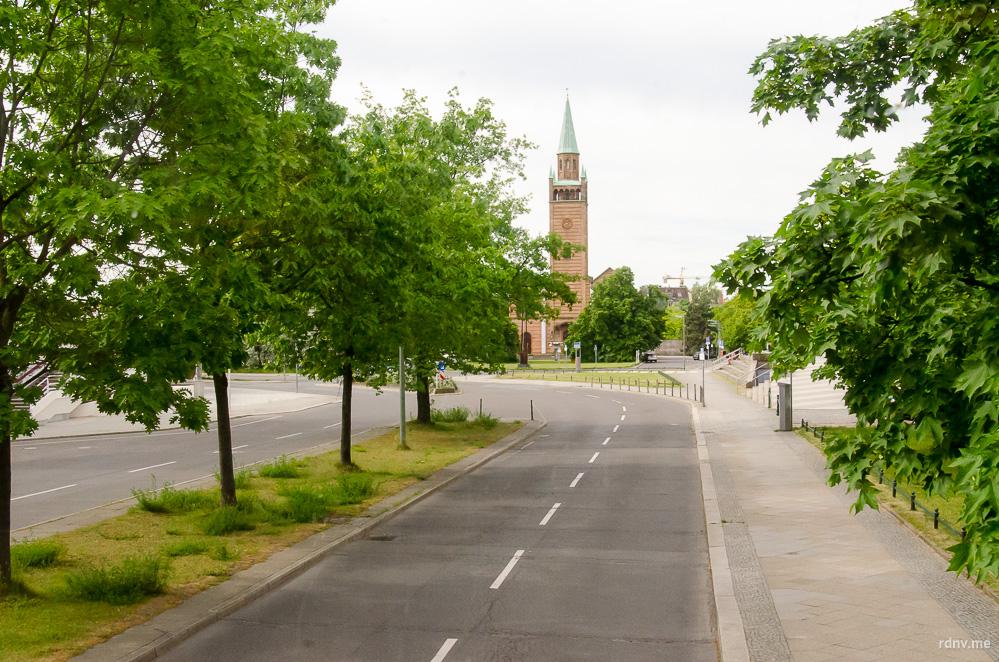 Лютеранская Церковь Святого Матфея — часть современного Культурфорума. За деревьями справа — Филармония