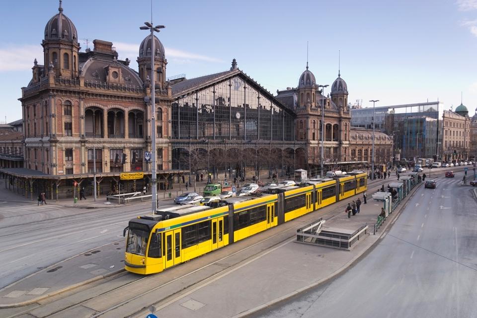 Будапешт. Низкопольный и бесшумный Siemens Combino Supra — самый длинные трамвай в мире. Фото: alidowlaty
