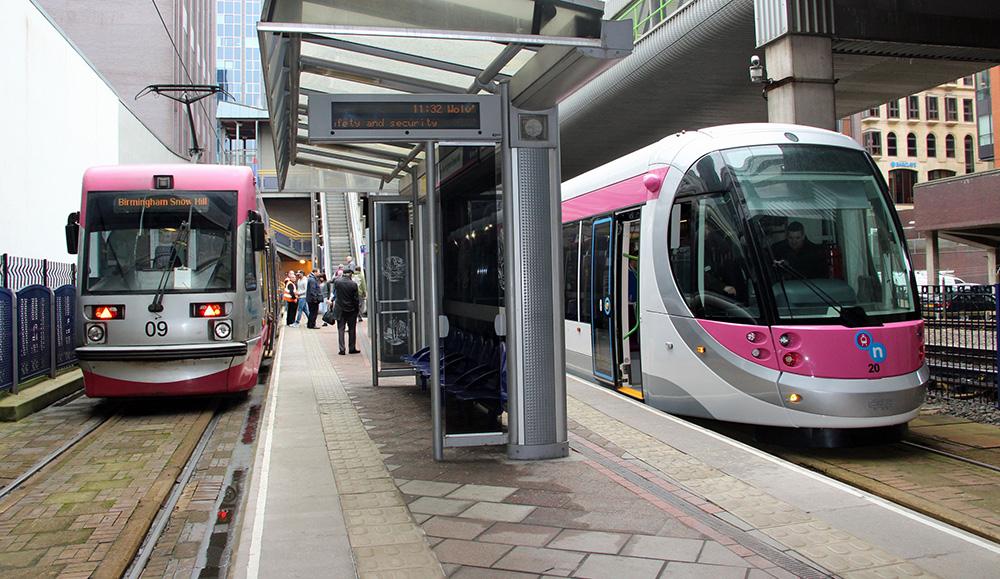 Трамваи Urbos 3 на линии Midland Metro между Бирмингемом и Вулвергемптоном