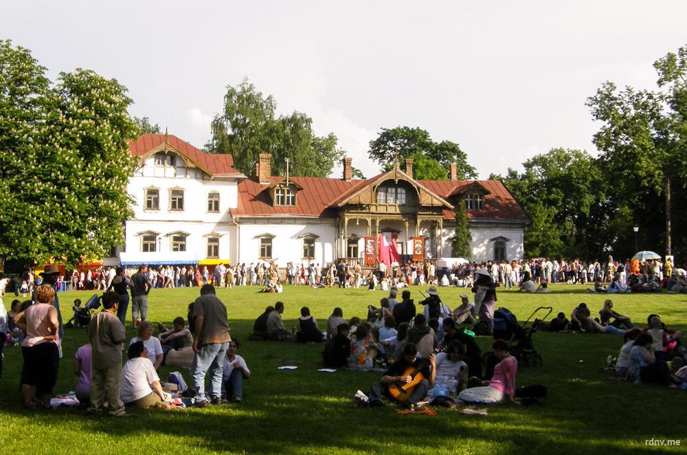 Так выглядела усадьба в Лошицком парке в 2007 году. В то время здесь часто проходили рыцарские фестивали, на которые собиралось много зрителей