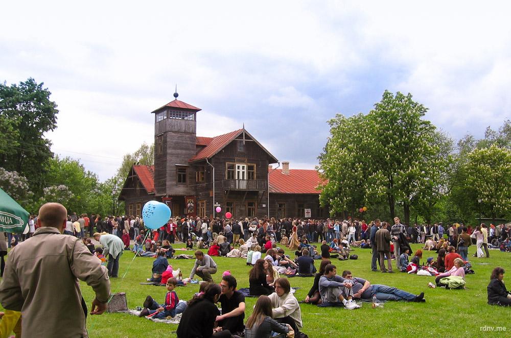 Деревянный флигель в Лошицком парке в 2006 году