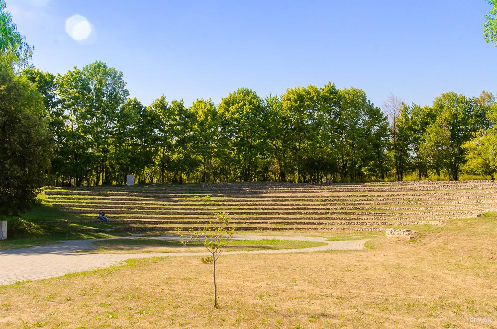 Во время реконструкции в парке появились новые места для отдыха. Например, такой ландшафтный амфитеатр…