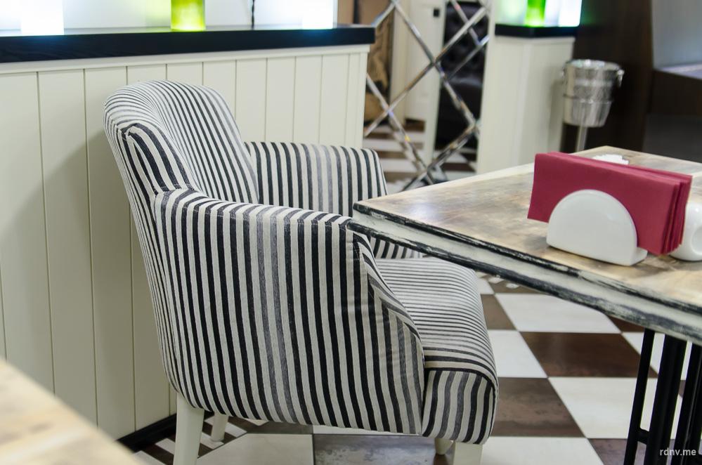 Кресла похожи на тельняшки :)