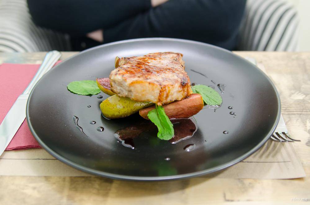 Свинина вообще превосходная: хорошо обжаренная, но очень мягкая, а сладкие печёные яблоки добавили сока и приятного контраста