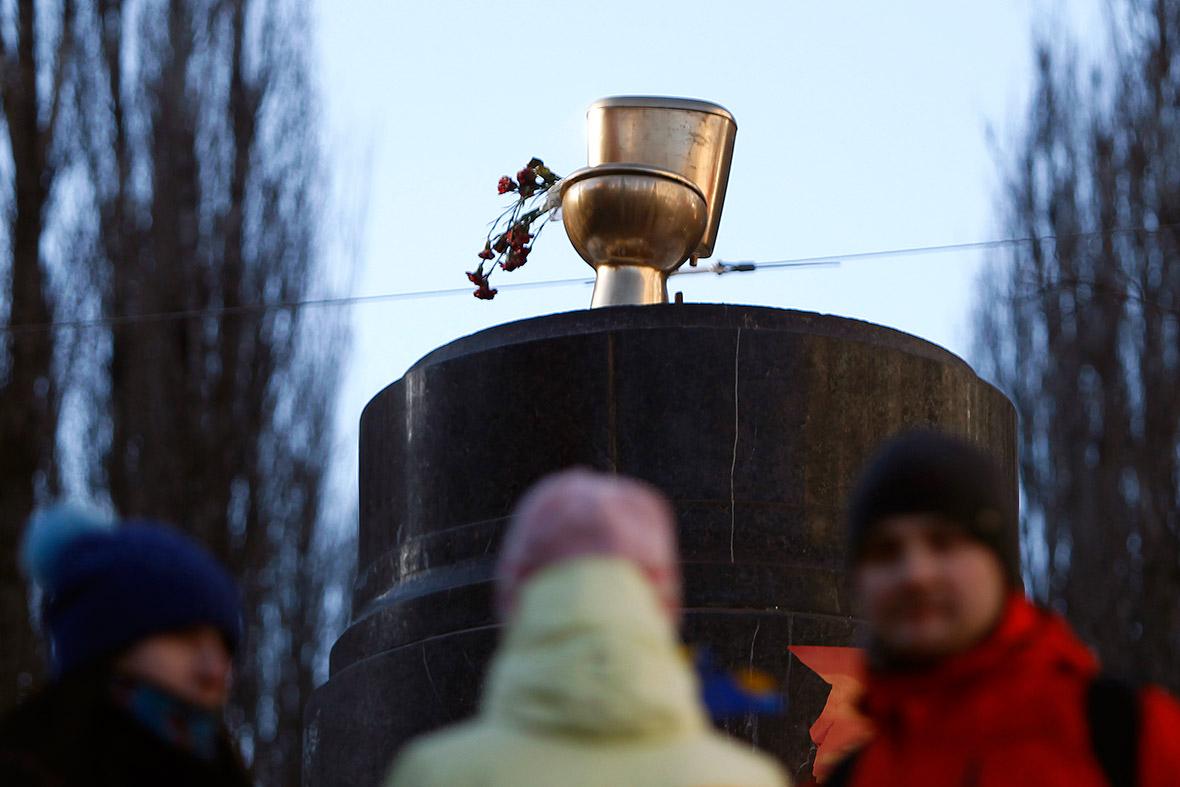 Золотой унитаз на постаменте снесённого памятника Ленину в Украине. Фото: Reuters