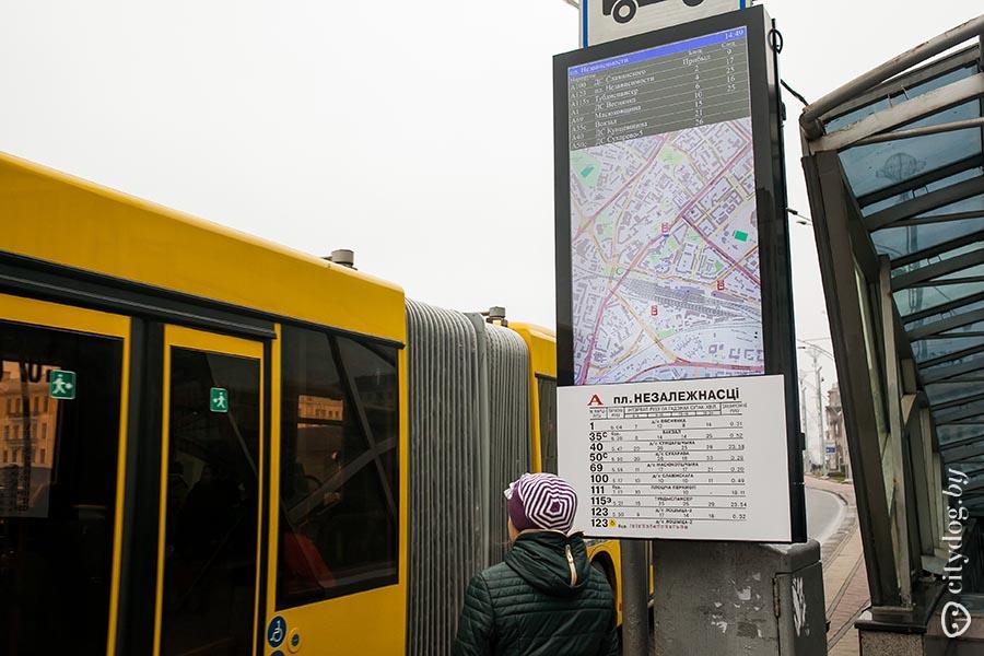 Всё в одном фото: неразличимые буквы на табло, абсолютно бесполезная карта и старое расписание… Сколько на это было выделено средств? Фото: CityDog.by