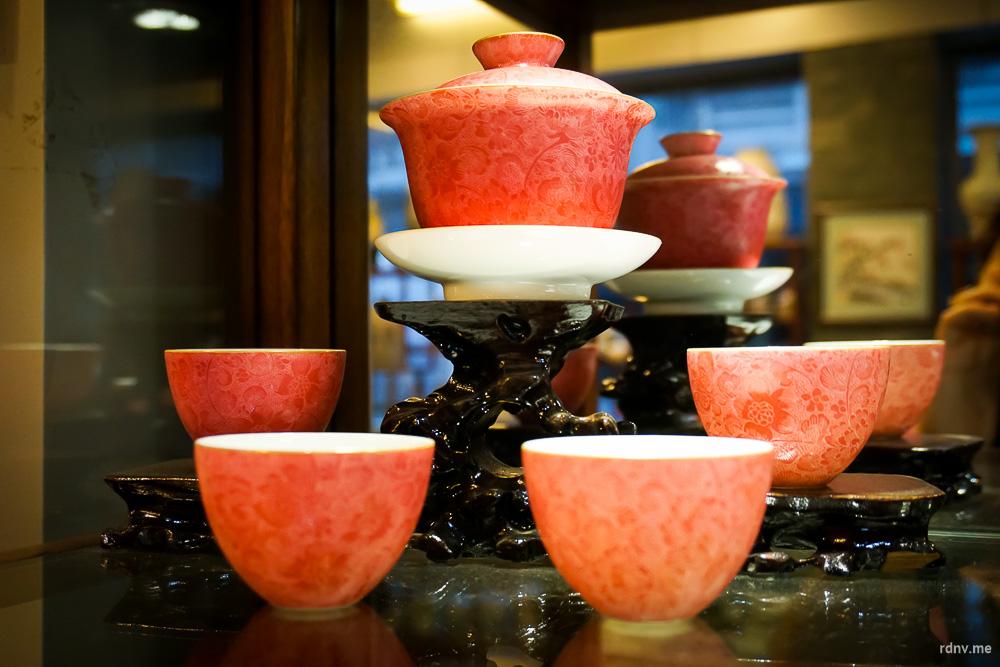 Такой чайный набор стоит около восьми тысяч юаней. Но ведь красивый!
