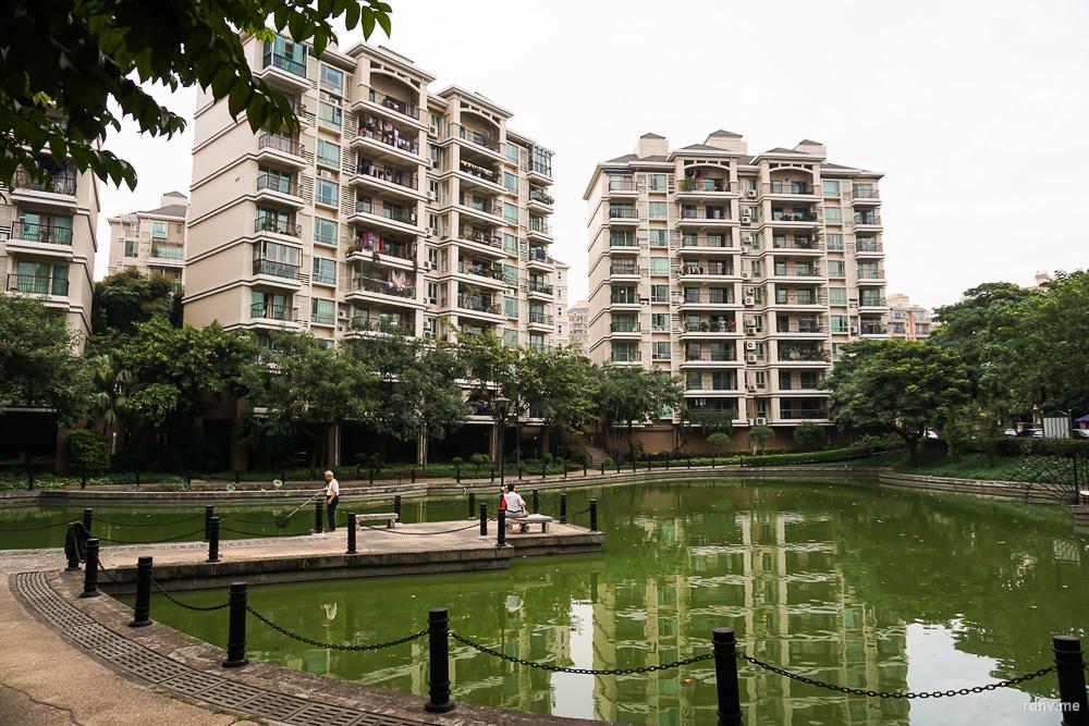 Типичный кондоминиум в Гуанчжоу: много зелени, пруд, беседки