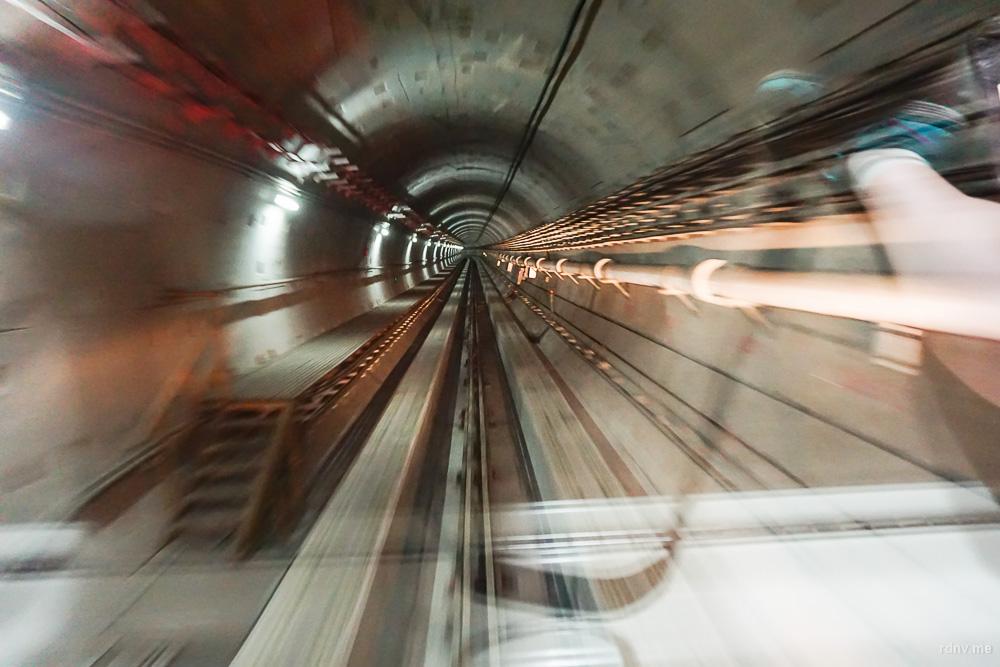 Метрополитен Гуанчжоу: на линии APM ходят поезда без машинистов. Можно сесть в самом начале вагона и наблюдать за движением в тоннеле