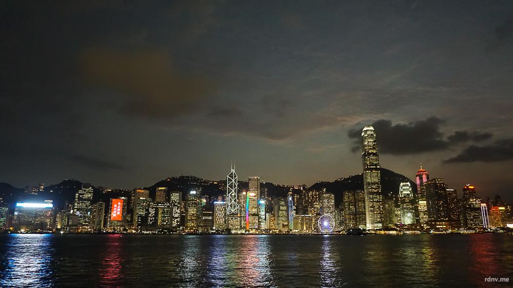 Вечерний вид на небоскрёбы Гонконга