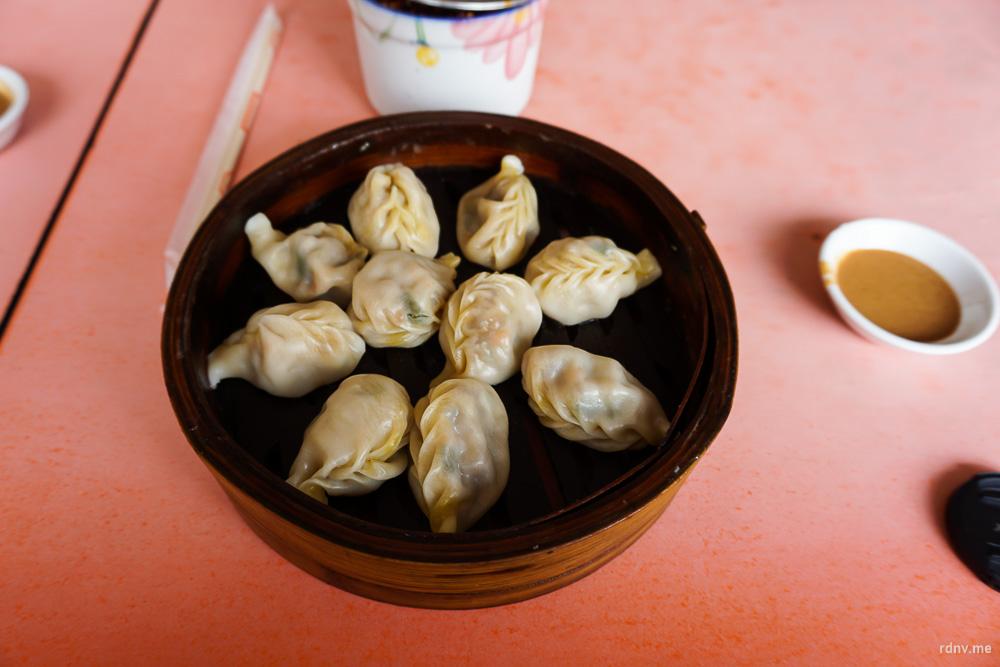 Вкусные фуцзяньские пельмени с тоненьким тестом, пряным фаршем и арахисовым соусом
