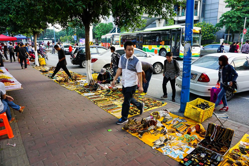 Типичная уличная торговля. Здесь можно купить всё: от нового телефона до тигриной лапы