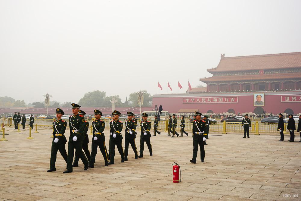Площадь Тяньаньмэнь: зловещий смог, военные, мавзолей Мао и… красный огнетушитель