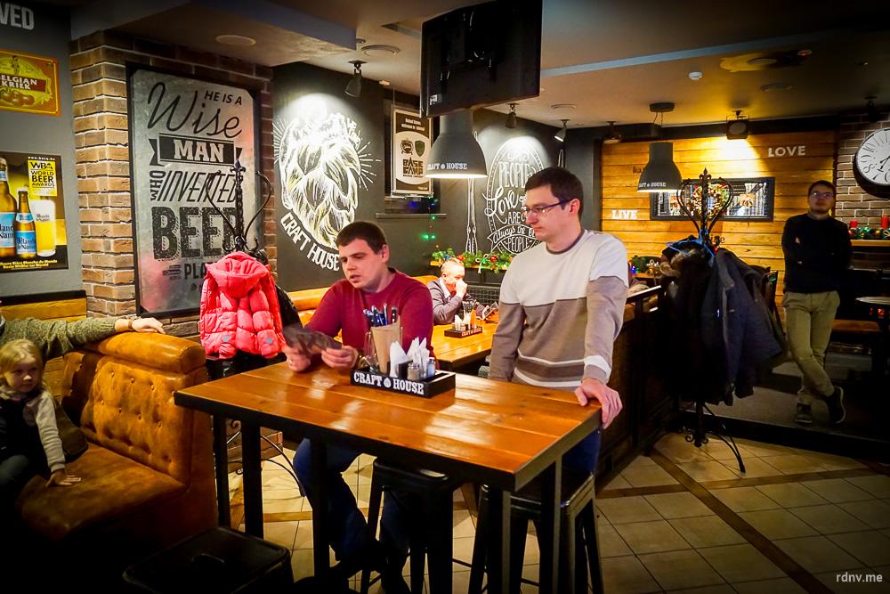 Представители Bierbank немного рассказали о новом пиве и провели несколько конкурсов. Победители получили специально изготовленные для презентации бирдекели с первыми тремя номерами и купоны на бесплатное пиво