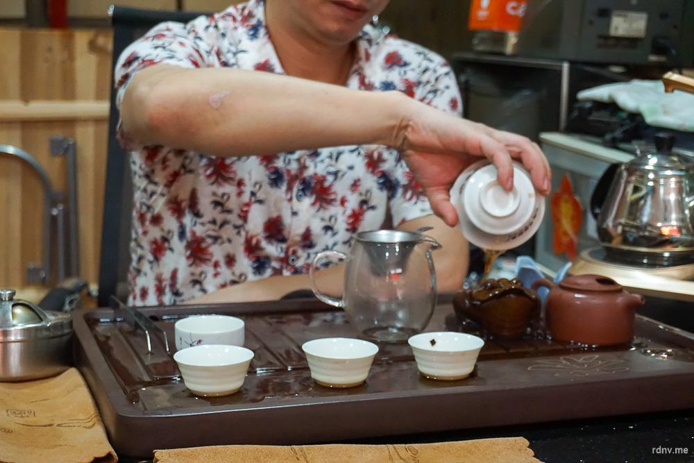 Хозяин одной из лавок на рынке Фан Цунь устроил нам классическую чайную церемонию: первая заварка всегда сливается!