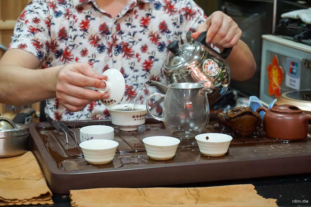 Заливаем чай кипятком и немного ждём, пока напиток настоится