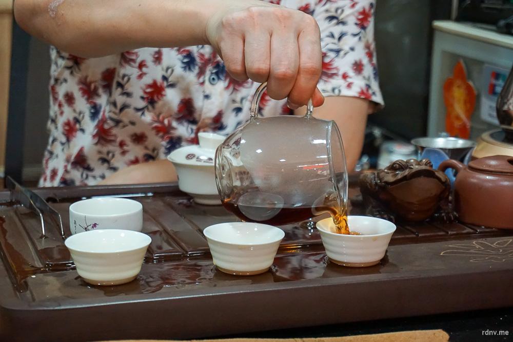 Разливаем чай из чахая по пиалам