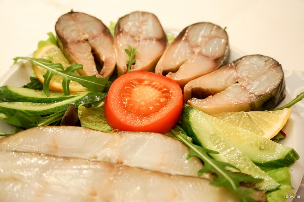 В меру солёные лосось и палтус вместе с помидором, огурцом и руколой отлично сочетаются с лёгкими лагерами и пилснерами