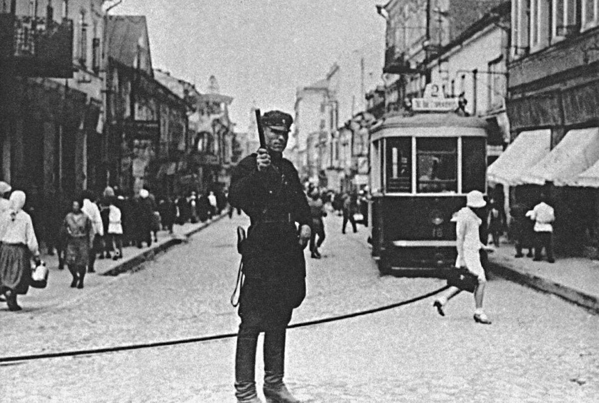 Регулировщик на пересечении улиц Ленінской и Советской