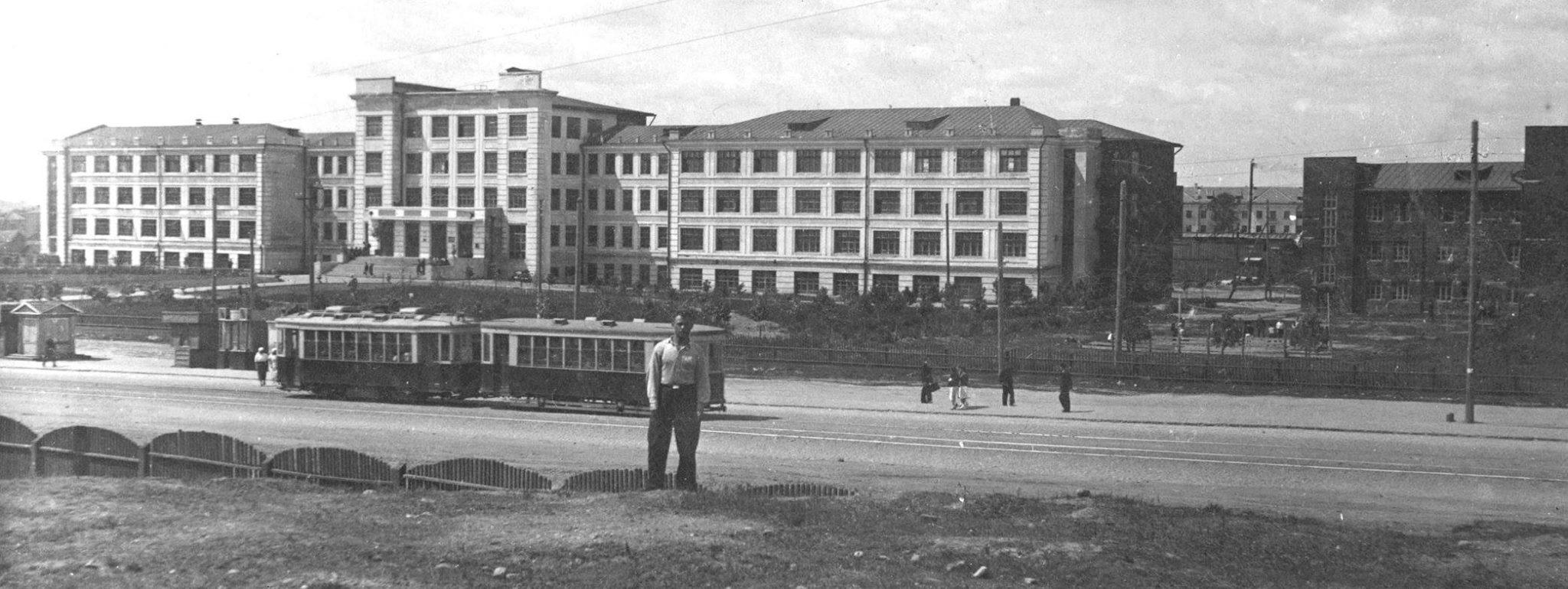 1940 год, трамвай около Белорусского государственного политехнического института. Вторая мировая уже в разгаре и скоро доберётся до Минска…