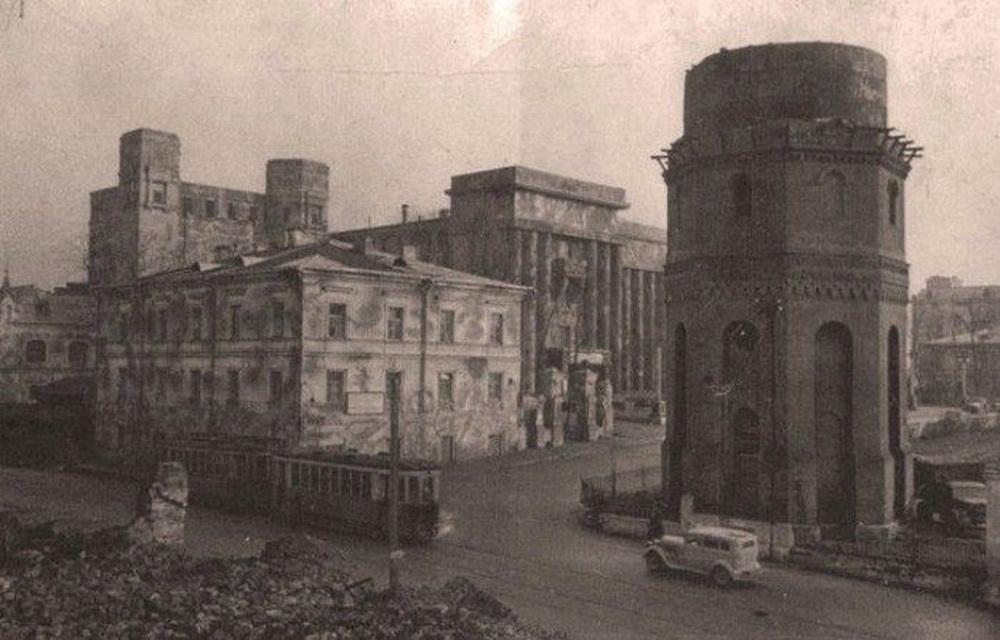 1944 год, трамвай идёт по полуразрушенному городу в районе Дома офицеров. На фото выделяется водонапорная башня. Её разобрали лишь после войны. Из всех водонапорок, которые построили после открытия водонасосной станции в районе современного цирка, уцелела только одна — на проспекте Жукова