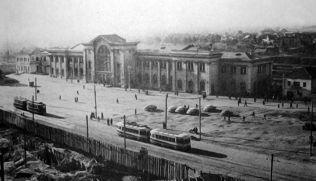 В мае 1945-го была сдана в эксплуатацию линия, соединяющая пассажирский вокзал с парком Челюскинцев. На фото 1949 года-го трамвай на Привокзальной площади