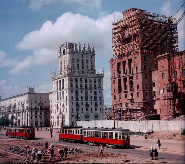 Редкая цветная фотография. 1952-й год, продолжается возведение одной из 11-этажных башен на Привокзальной площади