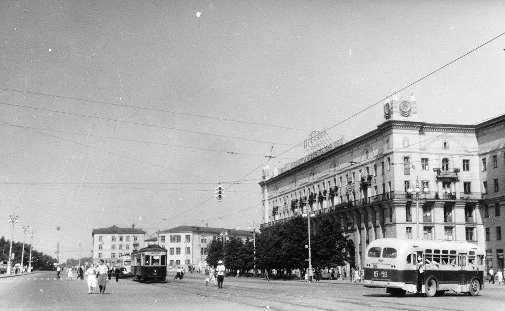 Сразу несколько фото 1957-го года. Вид на улицу Бобруйскую с двух сторон. На первом фото видна застройка Привокзальной площади, на втором — старый железнодорожный вокзал.