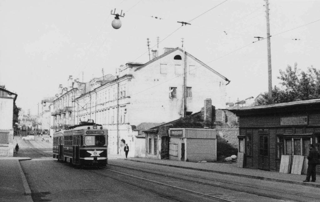 Раньше трамвай возил пассажиров в самом центре Минска. Состав 46+146 идёт по улице Интернациональной. 1960-й год. Фото: Henk Ontrop