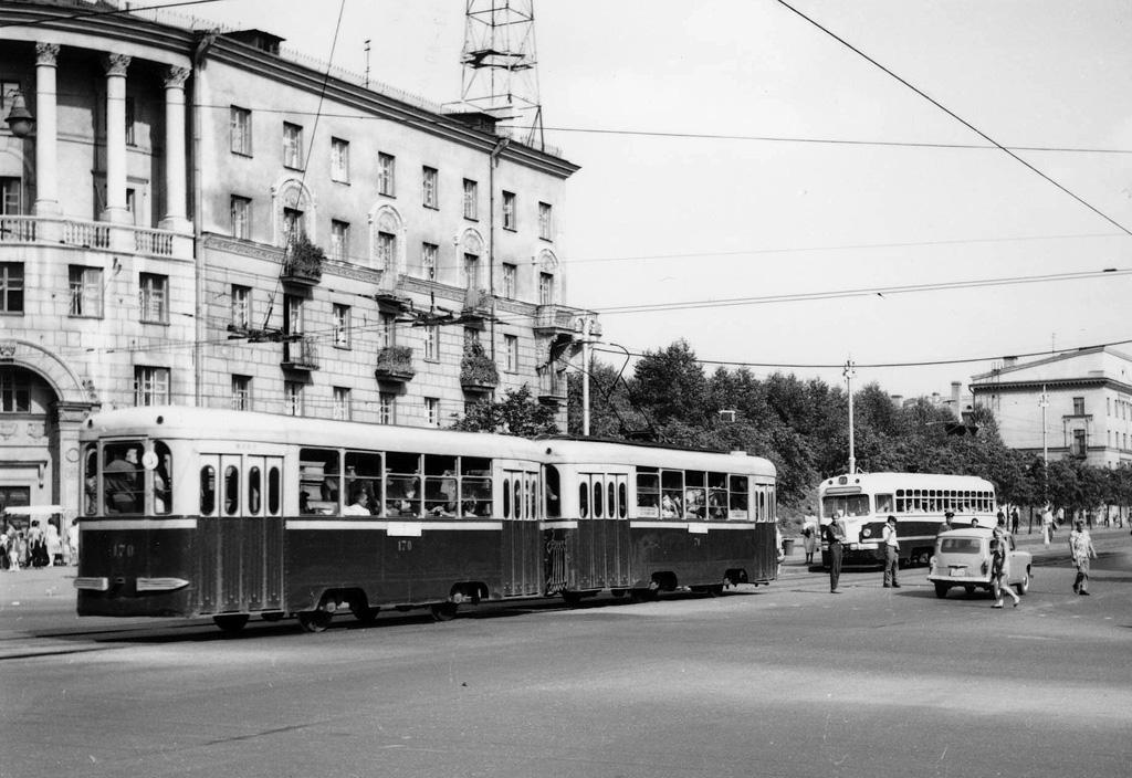 1964-й год, вагоны 70-170 и 232 на улице Долгобродской. Фото: P.H.Kiers