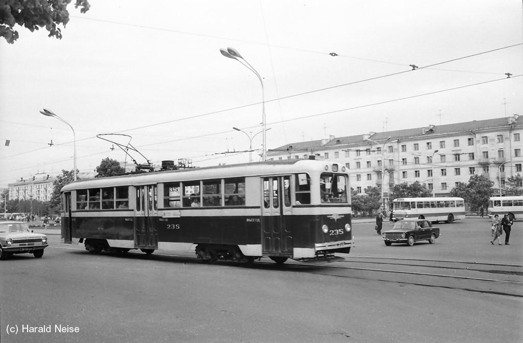 Как и сейчас, трамвай из Зелёного луга шёл через Площадь Якуба Коласа