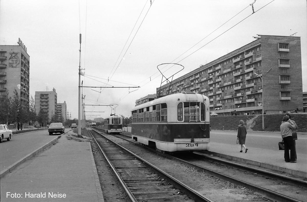 Два трамвая РВЗ-6М шестого маршрута №284 и №270 идут по улице Якуба Коласа