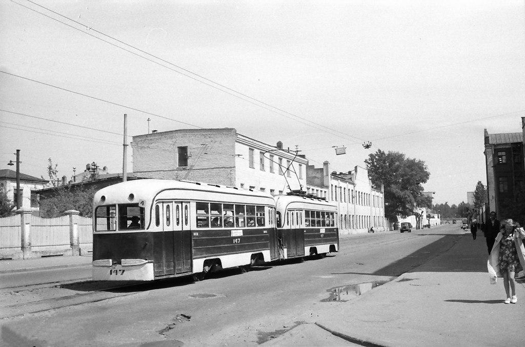 1974-й год, трамвай четвёртого маршрута идёт по Октябрьской улице