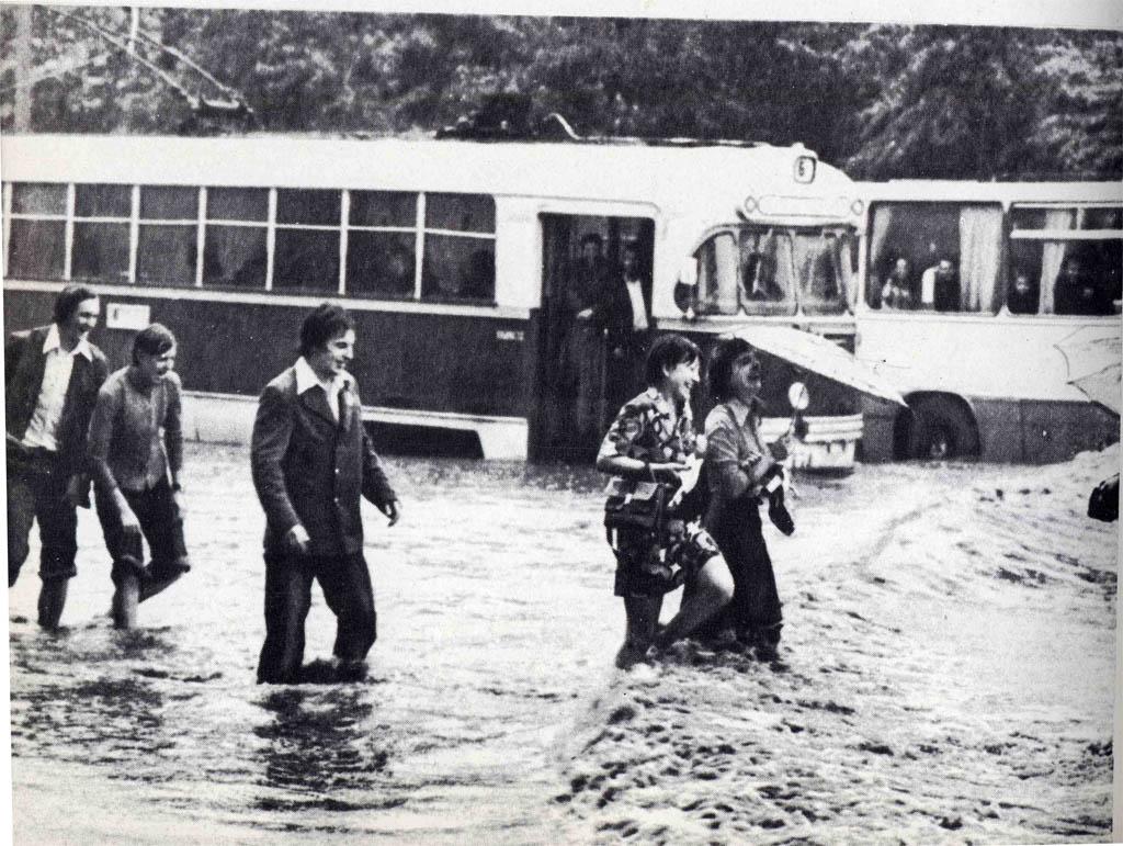 Забавное фото 1979-го года из справочника-путеводителя «Минск и окрестности». Трамвай РВЗ-6 во время потопа.