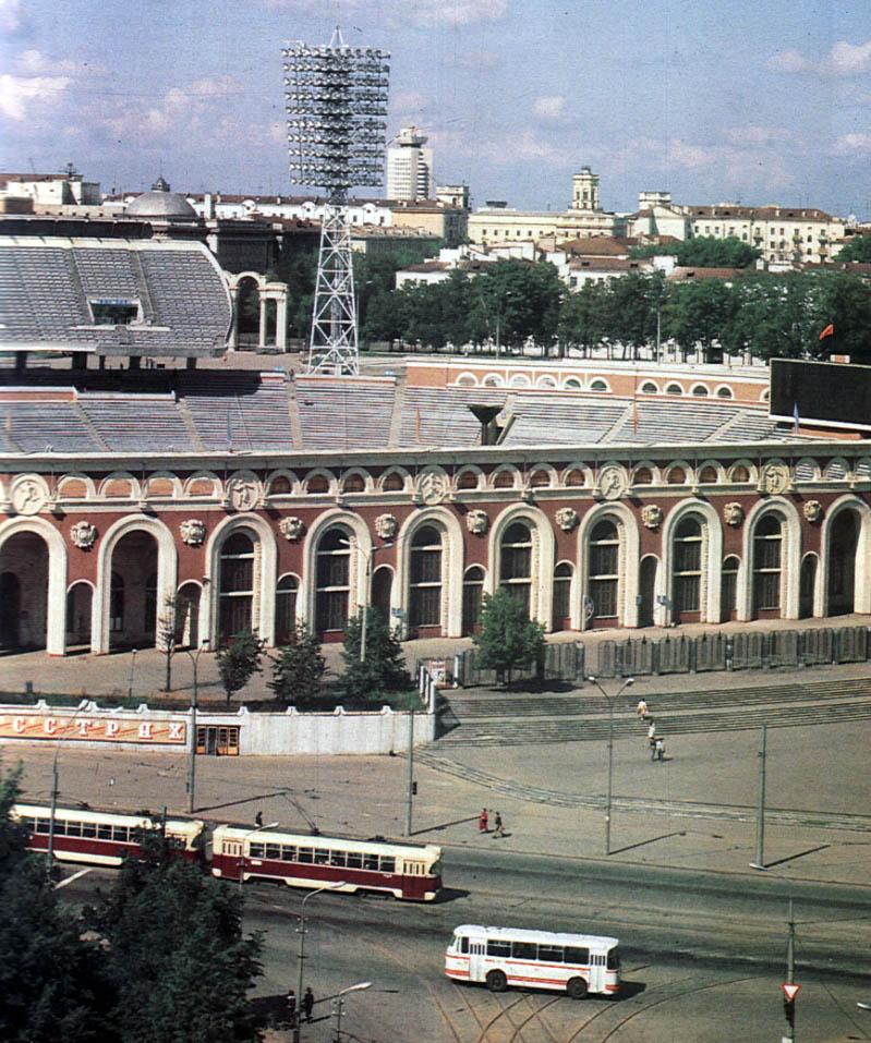 1987-й год, система РВЗ-6М2 и ЛАЗ-695Н возле стадиона «Динамо». Фото из книги «Мінск учора і сёння»